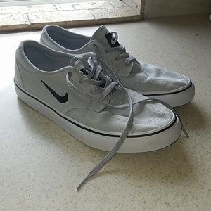 Nike grey low-tops size 6 youth